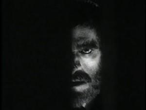 Zatemněná polovina obličeje, jako kdyby dávala najevo, že s ním není něco v pořádku - prostě Karloff.