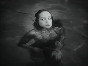 Jít si zaplavat do bazénu? Opravdu si myslela, že je to dobrý nápad?