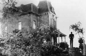 Legendární hororový dům, kde přebývá Batesovic famílie.