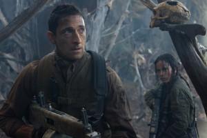 Adrien Brody jako ostřílený mariňák a jeho neméně drsná spolubojovnice.