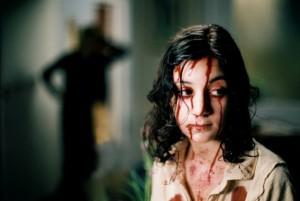 Tahle upírka je přece jen o něco děsivější než Chloe Moretz v americké remaku.