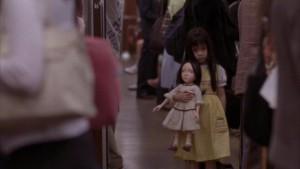 Holčička a její panenka nás provázejí celým filmem.