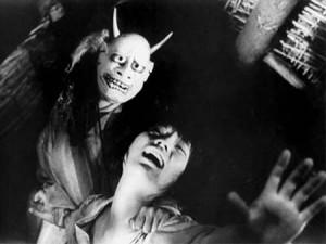 Maska démona není z těch, které byste chtěli mít vyvěšené na zdi naproti posteli.