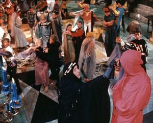 Červená smrt nakonec zavítá i do Prosperova paláce.