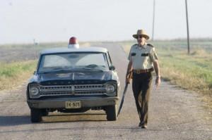 Policista není z těch, který vám proti Leatherfaceovi nějak pomůže.