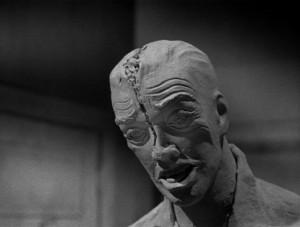 Opravdu nepěkná socha, tu bych v rohu pokoje nechtěl.