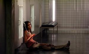 Morjana Alaoui jako Anna, když se vše zvrtne nečekaným směrem.