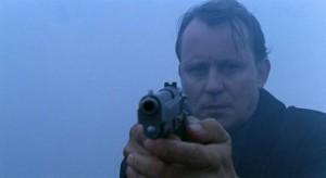 Stellan s pistolí poprvé.