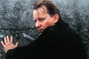 Stellan s pistolí podruhé.