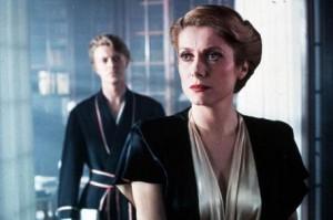 Ano, v pozadí je opravdu David Bowie.