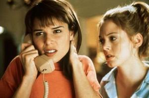 Copak jí nikdo neřekl, že ten telefon nemá zvedat?