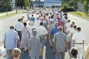 Domov důchodců na dopolední procházce.