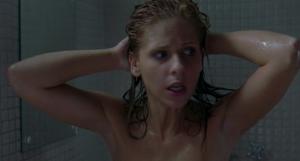 Nahá v koupelně a v hororu? To je hodně nebezpečné.