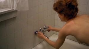 Že by se měla sprchovat ve vodě? To si jen myslí.