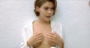 Alyssa si zakrývá prsa.