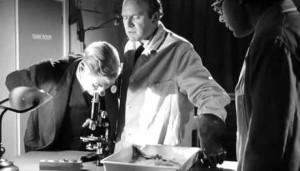 Že by hledali obrovské monstrum pod mikroskopem?