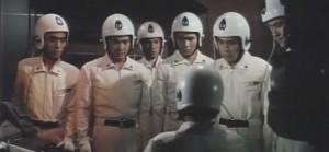 Co uděláme, pane? V první řadě sundáme ty helmy.