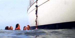V pohodě, po laně z plavek se tam dostaneme.