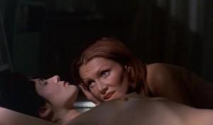 Trocha těch lesbických scén pro potěchu mužského oka.