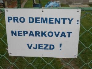Neméně zajímavá cedule na plotě jednoho domu v Chotěboři.