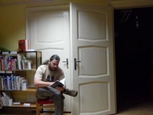 A tady sám autor mezi milovanými knihami.
