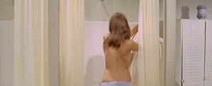 Těch záběrů do koupelny je dost.