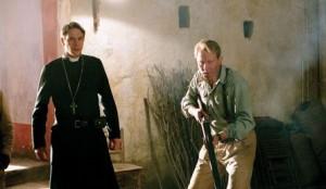 Knězi útočí.