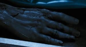 Patří ruka mrtvému tělu?