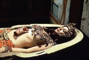 Ženská mumie vpadá k nakousnutí.