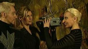 Žena za kamerou.