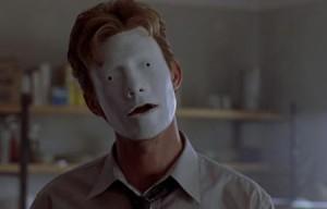 A najednou má masku.
