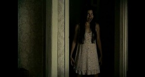 Klasická děsivá holka.