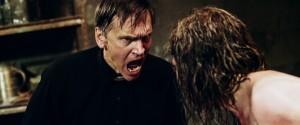 Když bude křičet víc, možná démona porazí.