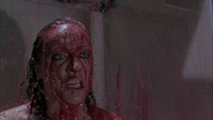 Ze sprchy teče krev.