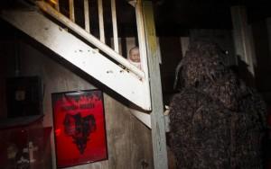 Něco u schodů.