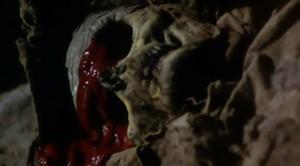 I z nemrtvého krev teče.