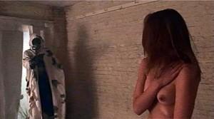 Na té fotce není jen nahá dívka.